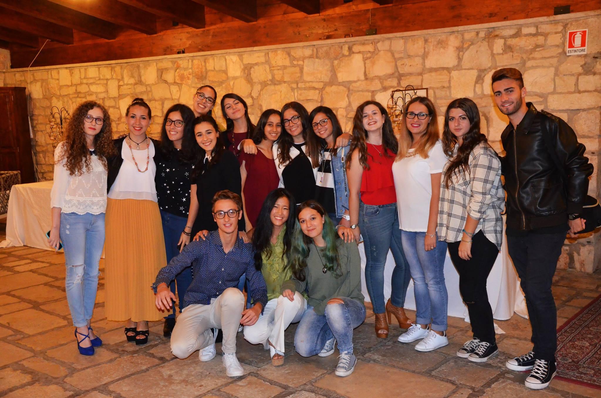 """La classe IV AL che ha condotto l'intervista ai giovani scrittori di """"LEGAMI"""" presso masseria Mofetta"""